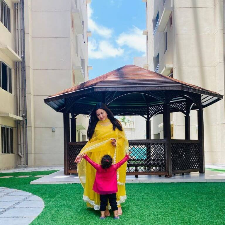 Rabia Anum Beautiful Pictures With Husband And Daughter