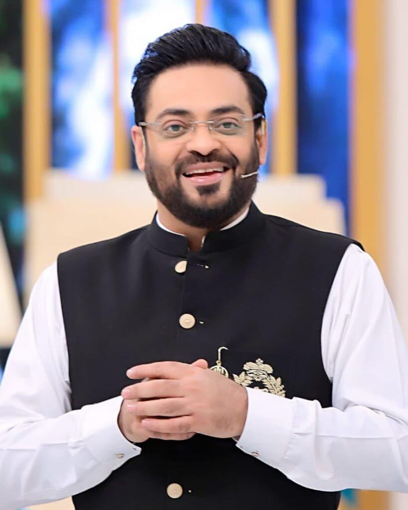Aamir Liaquat Making Fun of Fahad Mustafa's Hosting In Public