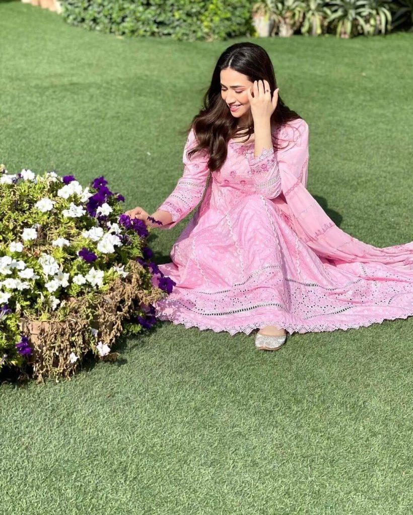 Beautiful Pictures of Ayeza Khan And Sana Javed Wearing Same Dress