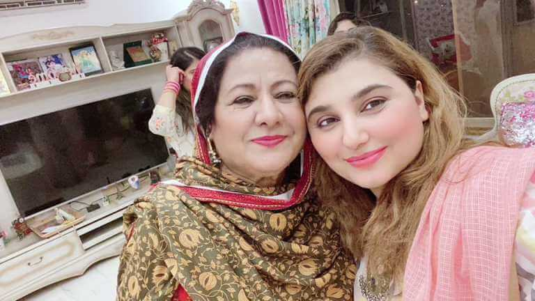 Javeria Saud New Adorable Clicks With Her Family