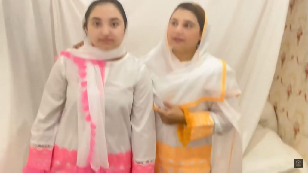 Beautiful Pictures of Javeria Saud Performing Aitkaf With Her Daughter