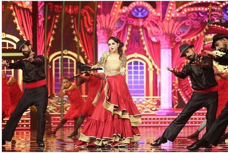 A Still From Aima Baig's Performance At Hum Style Awards 2021