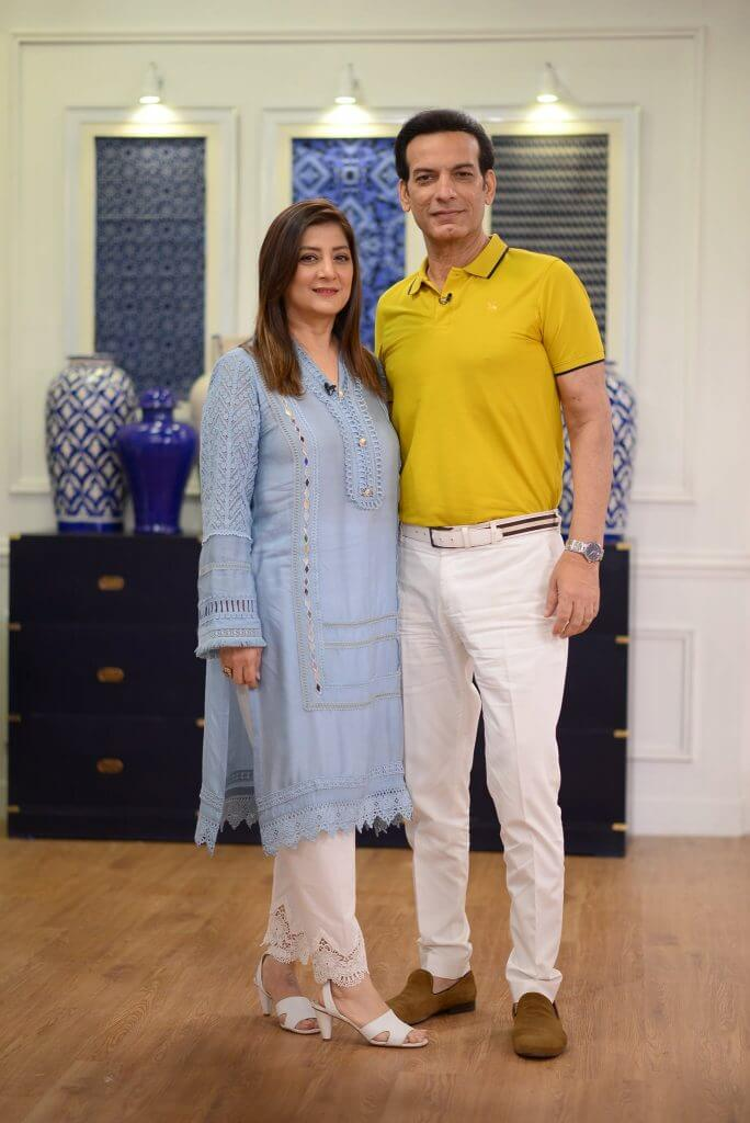 Photo: Saleem Sheikh snapped with wife Nousheen and daughters