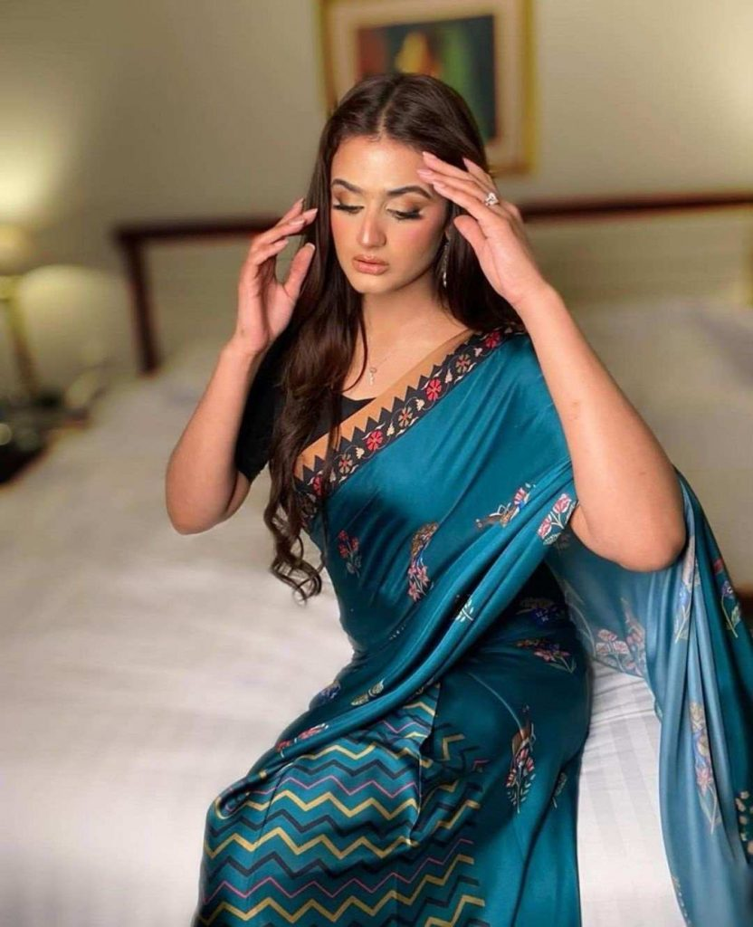 Latest Pictures of Hira Mani in Blue Saree