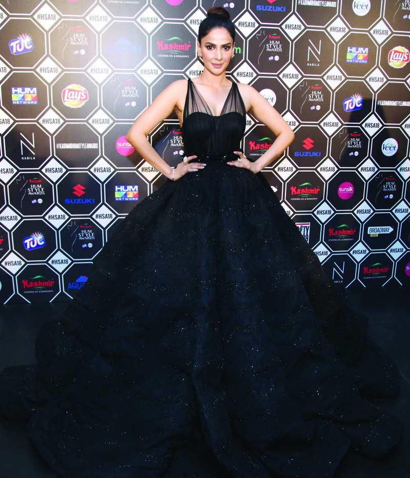 Beautiful Pictures of Saba Qamar Wearing Black Frock in HUM Awards